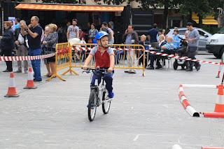 Niños participantes en las actividades ciclistas en Herriko Plaza