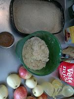 Smulpajen består av ca 150 gram smör, 3,5 dl vetemjöl och dinkelmjöl blandat och ett par matskedar socker. Kanel och sockret som ska hällas på äpplena har också blandats ihop. Denna gång testade jag även med pepparkakskryddor och det fungerade!