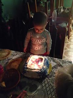 Fabian soplando su torta de cumpleaños