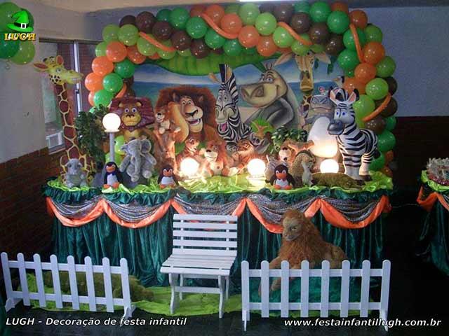 Decoração mesa luxo com o tema Madagascar para festa de aniversário infantil - mesa decorada - festa infantil