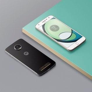 Moto Z Play possui imãs que permitem encaixar os módulos na parte traseira