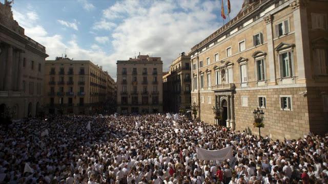 Españoles salen a la calle para exigir diálogo con Cataluña