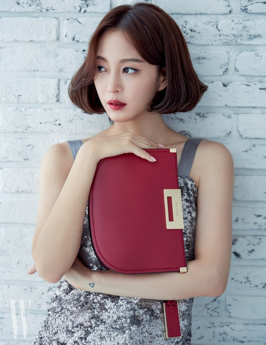 Graceful Han Ye Seul Models Joy Gryson's Handbags in W ...