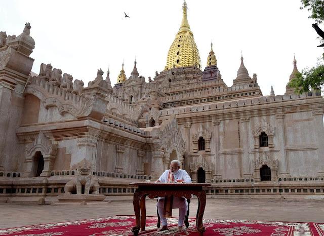 """Truyền thuyết về sự hình thành ngôi đền Ananda gắn liền với 8 nhà sư từ Ấn Độ tới Bagan vào cuối thế kỷ thứ 11 sau Công nguyên. Họ đã gặp vị vua Kyanzittha và nói về ngôi đền """"huyền thoại"""" ở dãy núi Himalaya mà họ đang tu. Vua Kyanzittha đã bị thuyết phục và quyết định xây dựng một ngôi đền có kiến trúc tương tự như thế ở Bagan. Ananda chính thức được khởi công và mất hơn 15 năm mới hoàn thành (từ năm 1090 tới năm 1105). Sau khi hoàn thiện, các nhà sư đã bị vua giết để đảm bảo ngôi đền Ananda là duy nhất."""