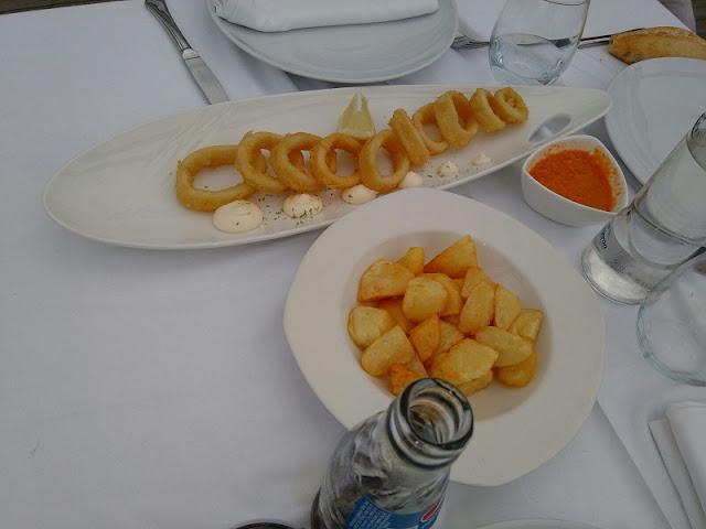 Calamares a la romana y patatas bravas