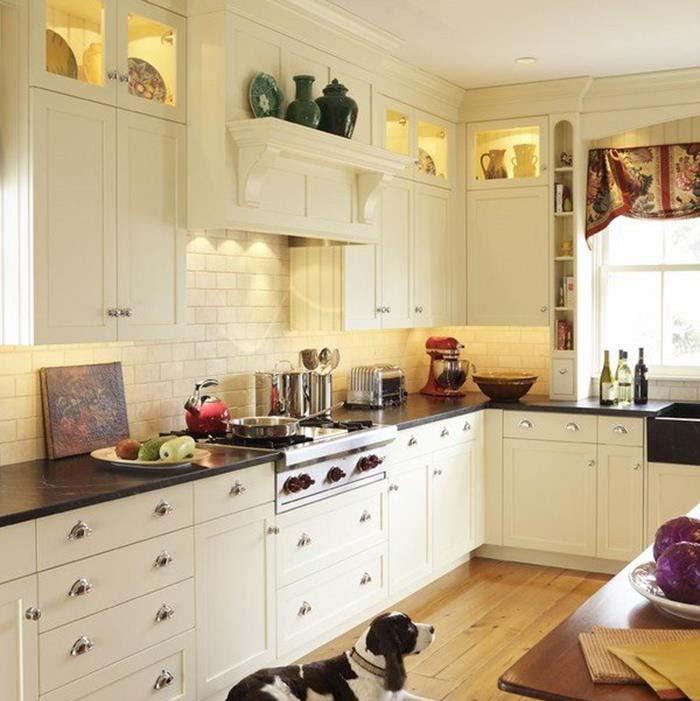 beyaz renk mutfak dolapları ve sıcak aile ortamı