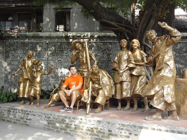 Estatuas en el patio del Hall ancestral de Clan Chen en Guangzhou
