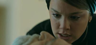 Dalila (Alice Wegmann) na cena em que ela jurou se vingar diante do corpo do pai, Aziz (Herson Capri)