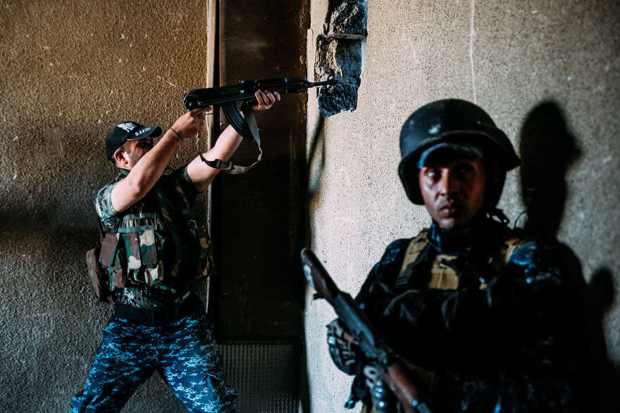 Powerful Heart-Breaking Pictures Of The Battle Of Mosul - Federal Police exchange fire with ISIS across the theater