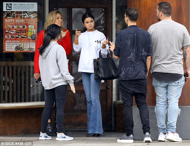 Selena Gomez enjoyed lunch at Gyu-Kaku restaurant with a group of pals