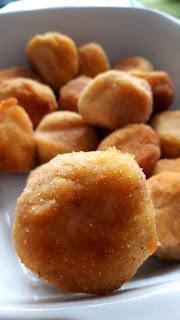 kulki z gotowanych ziemniaków, smażone, z chrupiącą skórką