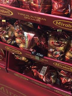Palle di Mozart Mirabell nel negozio di souvenir di Vienna