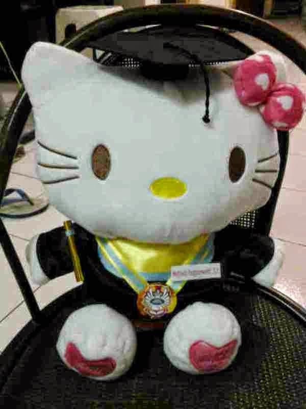 Gambar boneka hello kitty wisuda lucu banget