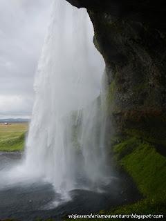 Vista desde atrás de la cascada de Seljalandfoss