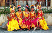 Para penari cilik mengenakan gelung, songket dan kain prada. gambar wisataarea.com