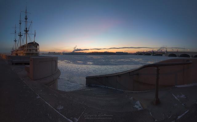 Панорама Санкт-Петербурга. Фрегать Благодать. Рассвет. Морозное утро.