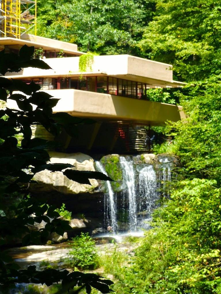 Mais je suis arrivée à temps quand même pour visiter la maison sur la cascade loeuvre la plus connue de frank lloyd wright celle que je rêvais de visiter