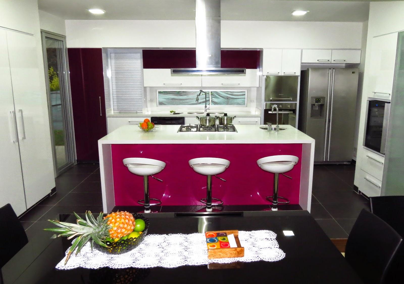 Cocina moderna en pereira morado y blanco cocinas for Ver cocinas modernas