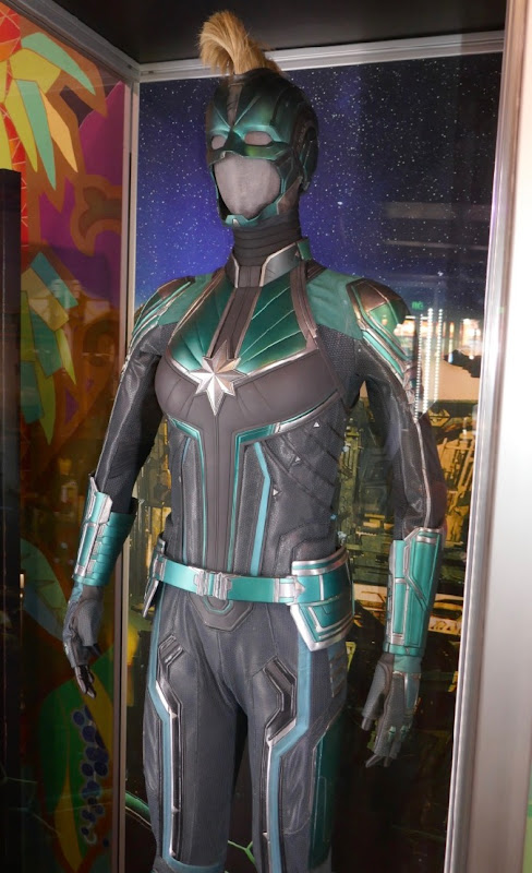 Brie Larson Captain Marvel Vers Starforce costume