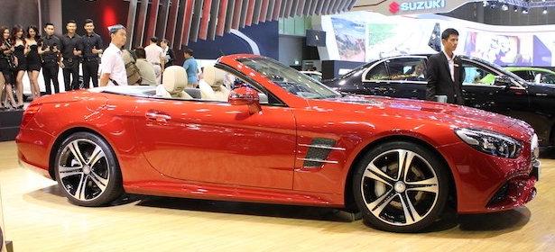 Cản trước và Ốp sườn xe Mercedes SL 400 đều thiết kế thể thao AMG
