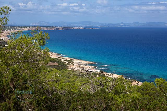 sublime vue depuis le Mirador de Formentera sur l'île et Ibiza au loin