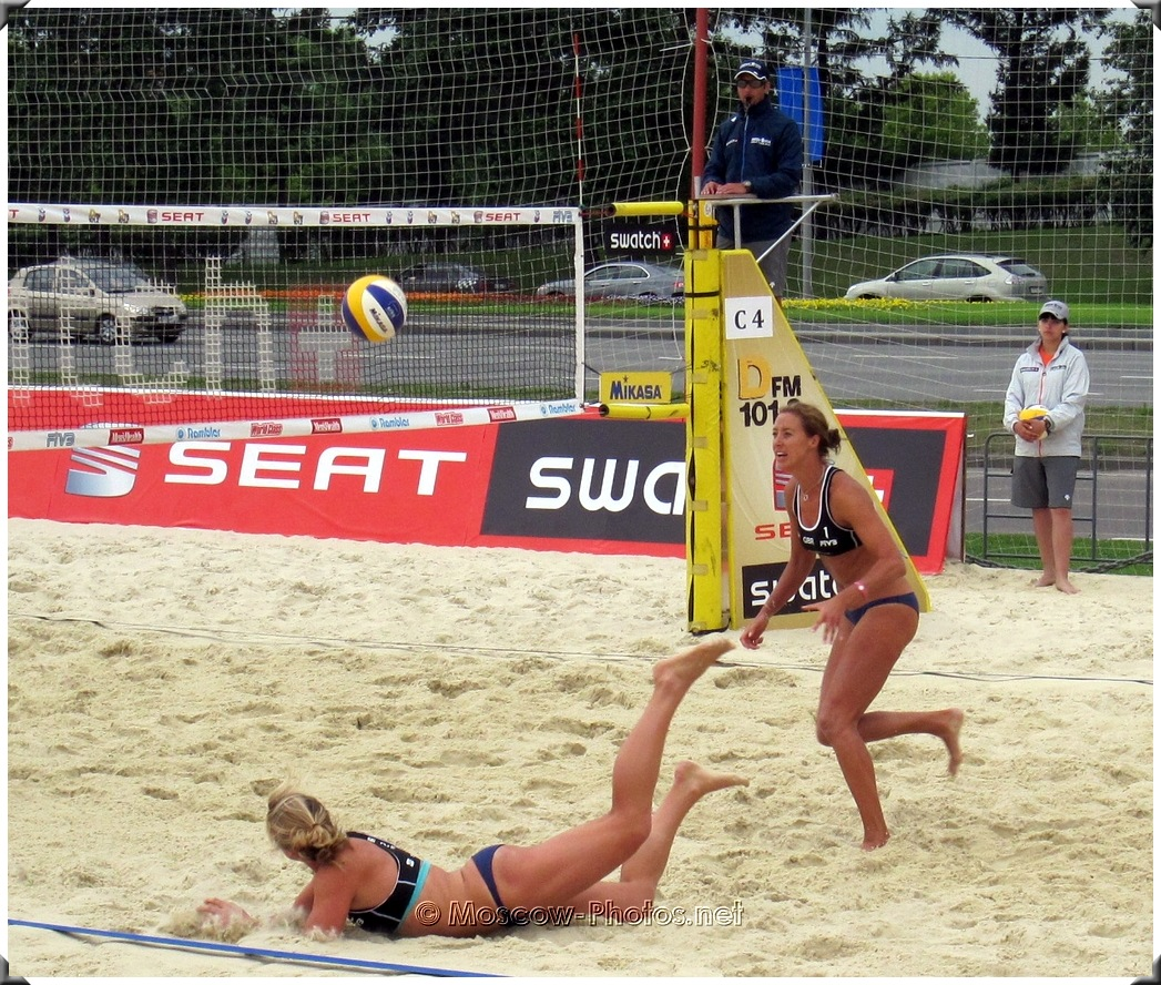 BEACH VOLLEYBALL DEFENSIVE ACTION
