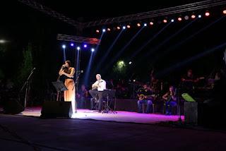Η Μάγδα Βαρουχά στη σκηνή τραγουδάει