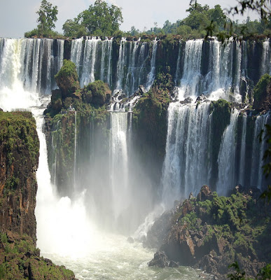 The-Iguazu-Waterfalls-Argentina-Brazil-Border