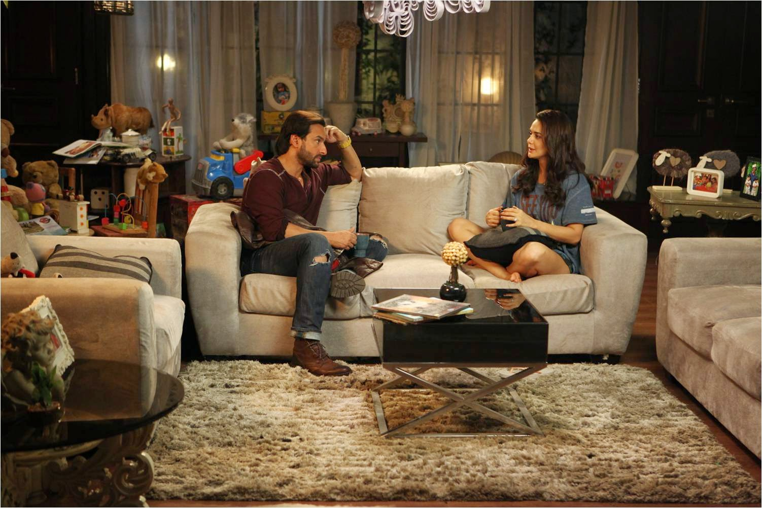 Saif Ali Khan and Preity Zinta talking, having coffee together and sitting on sofa in Happy Ending movie