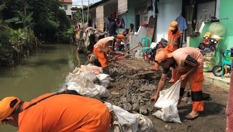Pasukan oranye memperbaiki tanggul di Jatipadang