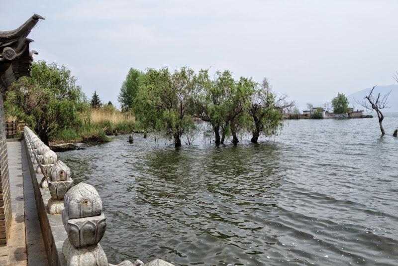 à Dali je loue 1 scooter pour faire une balade le long de la Côte Ouest du lac Erhai - passionnasie
