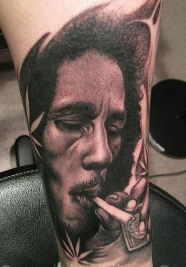 vemos el tatuaje de bob marley leyenda de la musica