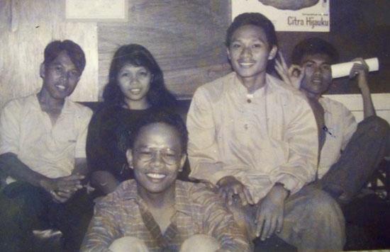GRAPHI UNTAN :  Dari kiri ke kanan : Saya, Endang Yusnita, Edi , Endang Suraji dan Nasri (duduk depan).  Aktifis Graphi Untan.  Photo Istimewa