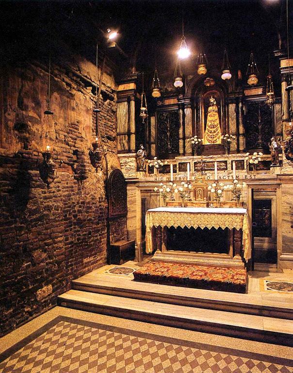 Interior da Santa Casa onde aconteceu a Anunciação do Anjo e a Encarnação do Verbo.