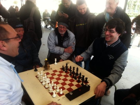 Maxime Vachier-Lagrave blitze au jardin du Luxembourg à Paris - Photo © ChessBase