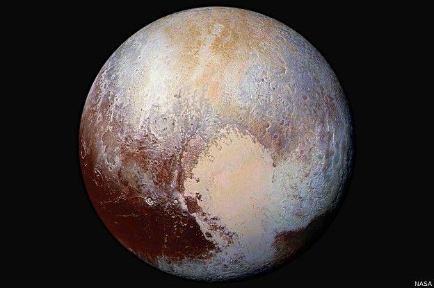 Las montañas de hielo se mueven en la planicie de Plutón en forma de corazón.