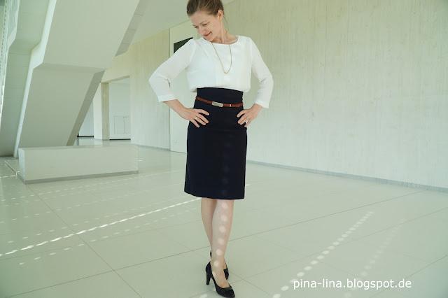 Weiße Bluse und dunkelblauer Pencilskirt
