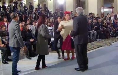 Mujer burla seguridad en Palacio Nacional para llegar a AMLO; esto le pidió