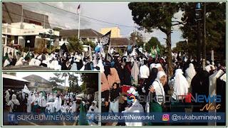 Massa Aksi Solidaritas Islam Sukabumi memadati Halaman Gedung DPRD Kota Sukabumi