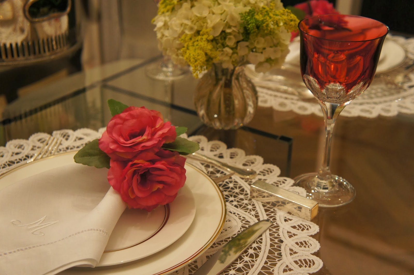 """c73077e65 Sou suspeita para quando o assunto é usar uma decor """"pink"""" nas mesas – amo  – mesmo que seja apenas em um detalhe como no porta guardanapo!"""