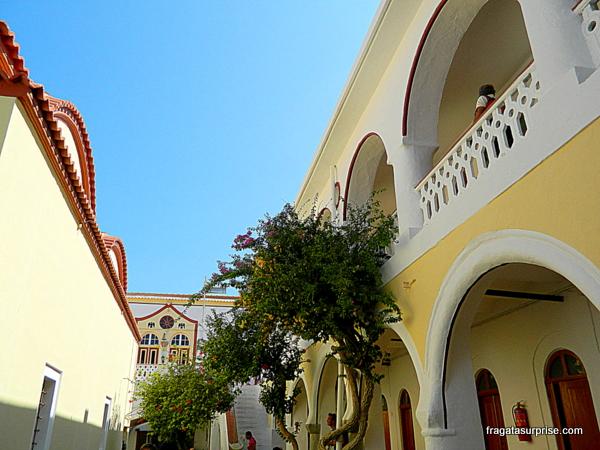 Pátio interno do Mosteiro do Arcanjo Miguel de Panormiti, na Grécia