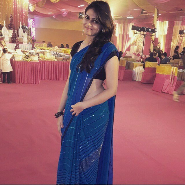 indian-instagram-girl-in-blue-saree