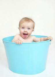 صورة مضحكة جدا لطفل صغير وسط دلو ماء