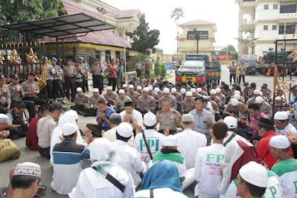 Subhanallah, Foto Keakraban Polisi & FPI Amankan Demo Kasus Hotel Novita Jambi Diunggah Divisi Humas Polri