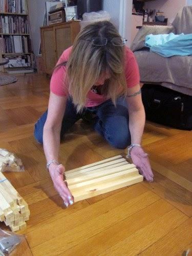 Sắp xếp các thanh gỗ cho ngay ngắn.