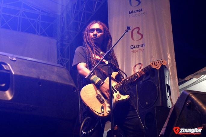 Utah ke 45, Gitaris Steven Jam Dijahilin Di Stage Saat Perform