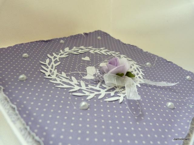 fioletowa kartka w kropki ozdobiona motywem z ptaszkami i różą