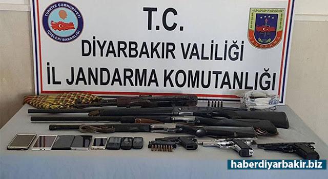 DİYARBAKIR-Diyarbakır'ın Bismil ilçesinde, PKK'ye yönelik birçok adrese eş zamanlı operasyon gerçekleştirildi. Operasyonlarda 11 kişi gözaltına alındı.