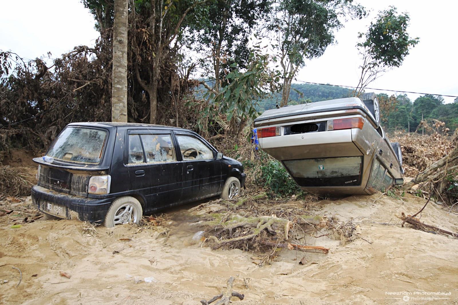gambar kereta terbalik kesan Banjir besar di Kampung Manjor, Kuala Krai