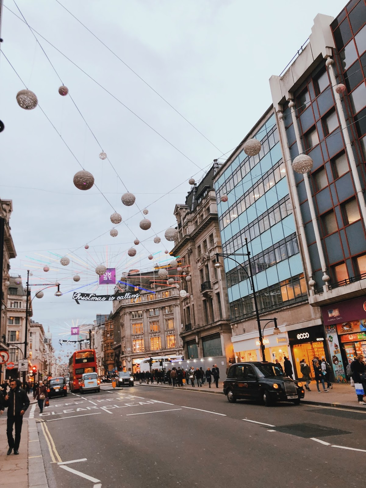 christmas in london, christmas decoration in london, christmas 2018, christmas decoration london 2018, indian blogger, london blogger, oxford street, oxford street london christmas decoration, christmas lights london